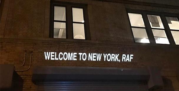Raf Simons troca Paris por Nova York e desfila seu inverno masculino.